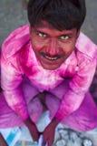 Portret van een niet geïdentificeerde die mens met gezicht met kleuren du wordt gesmeerd Stock Afbeeldingen