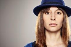 Portret van een normaal meisje met blauwe hoed stock foto 39 s - Bed grijze volwassen ...