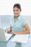 Portret van een onderneemster met laptop op kantoor Stock Afbeelding