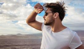 Portret van een ontspannen jonge mens die mooie landsca bekijken Royalty-vrije Stock Afbeelding