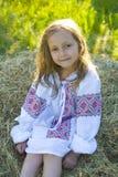 Portret van een oud meisje van vijf jaar in het Oekraïense borduurwerk Royalty-vrije Stock Foto