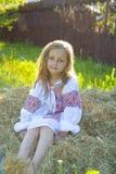 Portret van een oud meisje van vijf jaar in het Oekraïense borduurwerk Royalty-vrije Stock Afbeeldingen