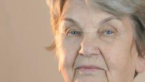 Portret van een oude glimlachende vrouw stock videobeelden