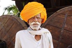 Portret van een oude Indische mens met tulband. Stock Foto