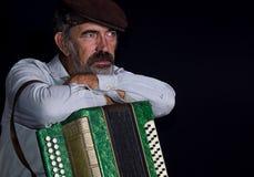 Portret van een oude mens van het land met knoopharmonika Stock Foto's
