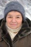 Portret van een oude vrouw in de winter Stock Foto