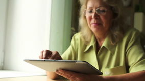 Portret van een oude vrouw met Tabletpc stock footage