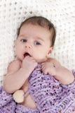 Portret van een pasgeboren baby die op zijn rug liggen royalty-vrije stock afbeeldingen