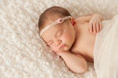 Portret van een Pasgeboren Meisje met Kanthoofdband royalty-vrije stock foto