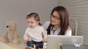 Portret van een pediatervrouw met verstoord kind stock videobeelden