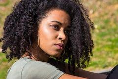 Portret van een peinzende Afrikaanse Amerikaanse vrouw Royalty-vrije Stock Foto's