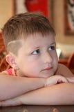 Portret van een peinzende jongen van zeven of acht jaar Royalty-vrije Stock Fotografie