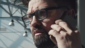Portret van een perspectief moderne zakenman in de high-tech bouw stock video