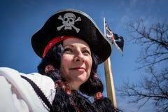 Portret van een piraatvrouw die hoed en kostuum op blauwe hemelachtergrond dragen stock afbeelding