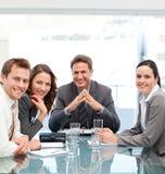 Portret van een positieve manager met zijn team Royalty-vrije Stock Afbeeldingen