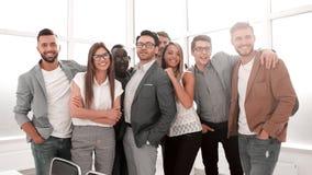 Portret van een professioneel commercieel team die zich in een modern bureau bevinden stock foto's