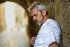 Portret van een rijpe ernstige mens op stedelijke achtergrond stock fotografie