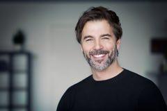 Portret van een Rijpe Mens die bij de Camera glimlachen Royalty-vrije Stock Foto's