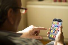 Portret van een rijpe mens met een mobiele telefoon Stock Fotografie