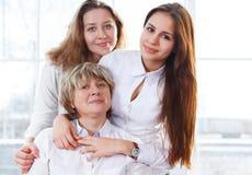 Portret van een rijpe moeder en een volwassen dochter en tienergranddau Stock Foto's