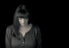 Portret van een rijpe verontruste vrouw die neer kijken Stock Afbeelding