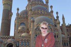 Portret van een rijpe vrouw dichtbij de Moskee al-Sahaba Royalty-vrije Stock Foto's