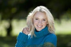 Portret van een Rijpe Vrouw die bij de camera glimlachen royalty-vrije stock foto