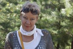 Portret van een rijpe vrouw met zonnebril op zijn voorhoofd Royalty-vrije Stock Afbeeldingen
