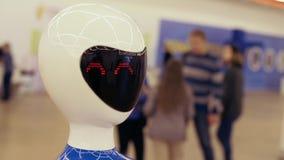 Portret van een robot Witte moderne robot bij de tentoonstelling van nieuwe technologie?n stock footage
