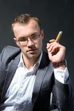Portret van een rokende zakenman Stock Foto's