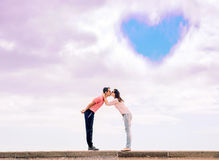 Portret van een romantisch kussend paar - liefdesymbool stock fotografie