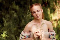 Portret van een roodharig meisje met lang haar Artistiek portret Kind van aard Nabijheid aan naturalness en aard A royalty-vrije stock foto