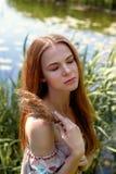 Portret van een roodharig meisje met lang haar Haar neer Artistiek portret Kind van aard Nabijheid aan naturalness stock afbeeldingen