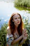Portret van een roodharig meisje met lang haar Haar neer Artistiek portret Kind van aard Nabijheid aan naturalness royalty-vrije stock foto's