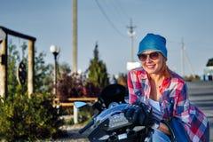 Portret van een roodharige vrouw op middelbare leeftijd na een motorfietsrit op een zonnige avond in de avond royalty-vrije stock fotografie