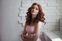 Portret van een roodharigemeisje met make-up stock foto