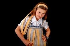 Portret van een Russisch meisje in nationale kleding en ongezuurde broodjes Stock Foto's