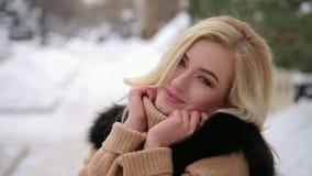 Portret van een schitterend meisje in een snow-covered Park stock videobeelden