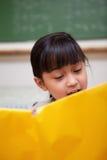 Portret van een schoolmeisjelezing Stock Fotografie