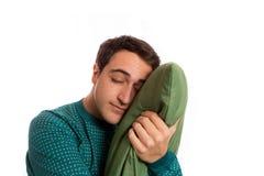 Portret van een slaapkopmens in pyjama's met zijn geliefd hoofdkussen Stock Afbeelding