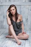 Portret van een slank aantrekkelijk meisje op de houten vloer Stock Fotografie