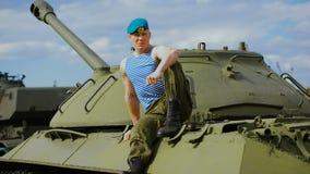 Portret van een spiermilitair op een informele manier bij een militaire basis stock videobeelden