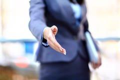 Portret van een succesvolle zakenman die een hand geven royalty-vrije stock foto