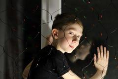 Portret van een tiener bij het venster stock afbeelding