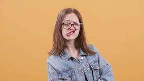 Portret van een tiener die grappige en dwaze gezichten tonen stock footage
