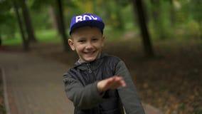 Portret van een tiener die op een pennyboard danst Een kerel van Europese verschijning heeft en pret die dansen glimlachen stock video