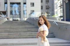 Portret van een tienermeisje met een stuk speelgoed Stock Foto