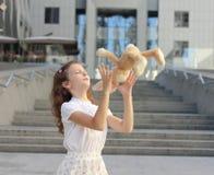 Portret van een tienermeisje met een stuk speelgoed Stock Afbeelding