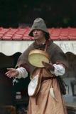 Portret van een troubadour op stelten Stock Fotografie