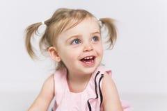 Portret van een twee die éénjarigenmeisje op witte achtergrond wordt geïsoleerd royalty-vrije stock afbeelding